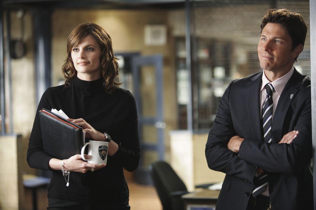 Beckett (Stana Katic, l.) ruft den Raubexperten Detective Demming (Michael Trucco, r.) um Hilfe, zum Ärger von Castle der überzeugt ist dass der Mor... - Bildquelle: ABC Studios