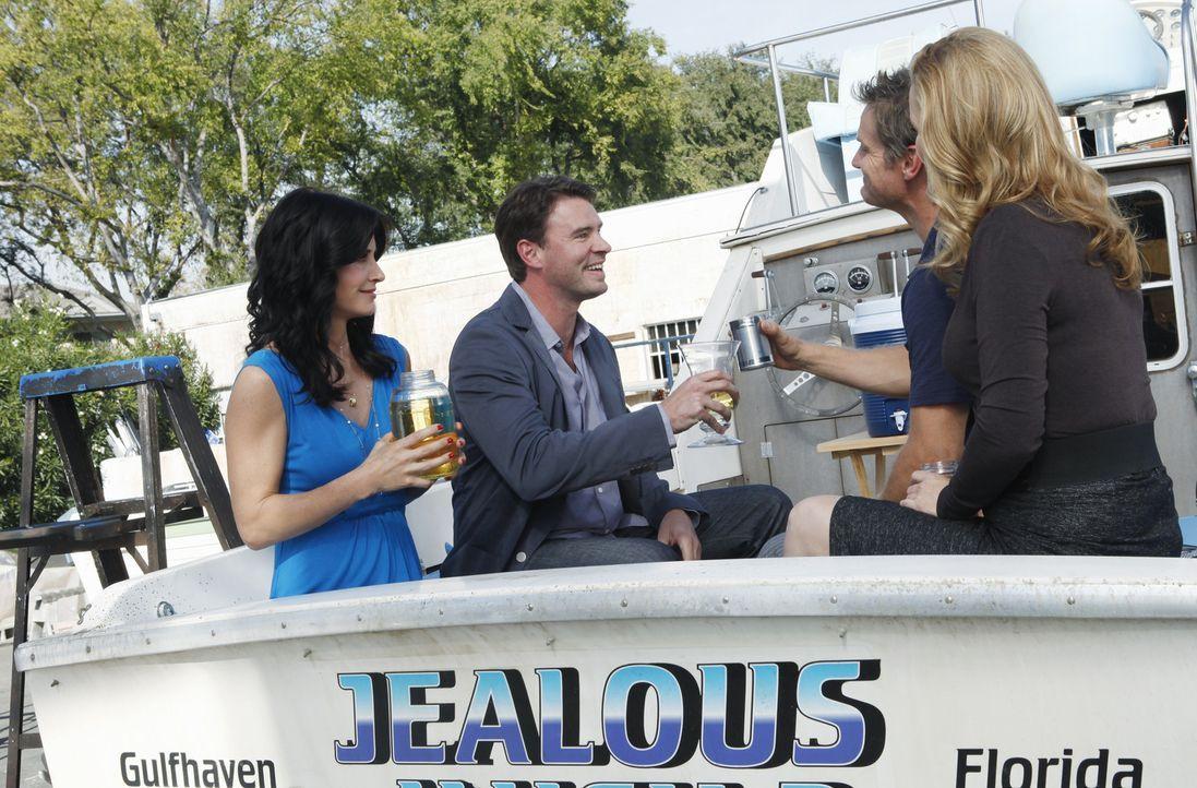 Die Rache suchende Jules (Courteney Cox, l.) kommt zurück auf das Boot zu Bobby (Brian Van Holt, M.r.) und der eingebildeten Dr. Evans (Lisa Kudrow... - Bildquelle: 2009 ABC INC.