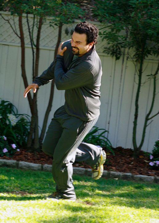 Carlos (Ricardo Antonio Chavira) sorgt für einige Unruhe in der Wisteria Lane, als er in Eile durch die Gärten der Nachbarn hüpft und dort ein riesi... - Bildquelle: ABC Studios