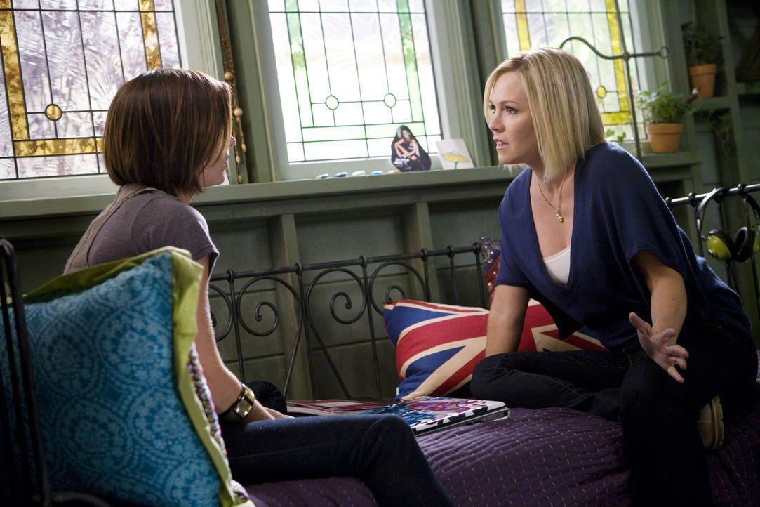 Kelly (Jennie Garth, r.) will, dass Silver (Jessica Stroup, l.) sich von ihrer Mutter fernhält - steckt da noch mehr dahinter? - Bildquelle: TM &   CBS Studios Inc. All Rights Reserved