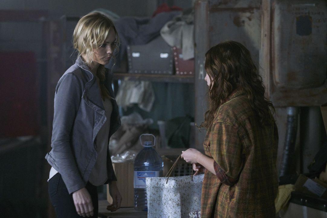 Als ein Treffen zwischen Sasha und Jeremy anders verläuft, als erhofft, bittet Katia (Sofia Banzhaf, r.) Elena (Laura Vandervoort, l.) um Hilfe. Doc... - Bildquelle: 2016 She-Wolf Season 3 Productions Inc.