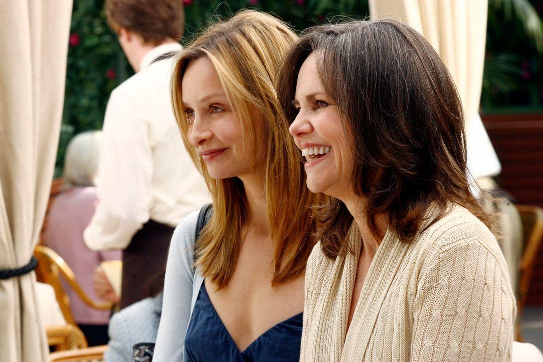 Heuchelei: Kitty (Calista Flockhart, l.) und ihre Mutter Nora (Sally Field, r.) freuen sich mit gespielter Freundlichkeit über ein Treffen mit ihren... - Bildquelle: Disney - ABC International Television