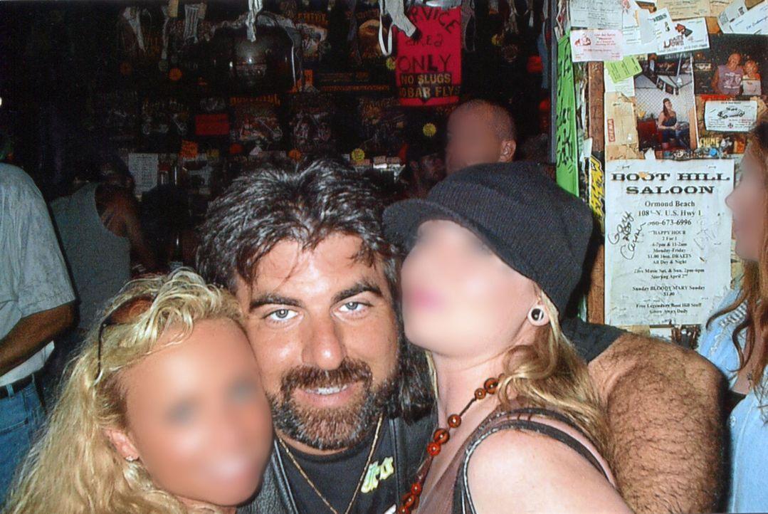 """Der 51-Jährige Dennis """"Scooter"""" Abrahamsen (M.) veranstaltet eine Sex-Party bei sich und holt sich schließlich sogar seine Mörder ins Haus ... - Bildquelle: 2016 NBCUniversal Alle Rechte vorbehalten"""