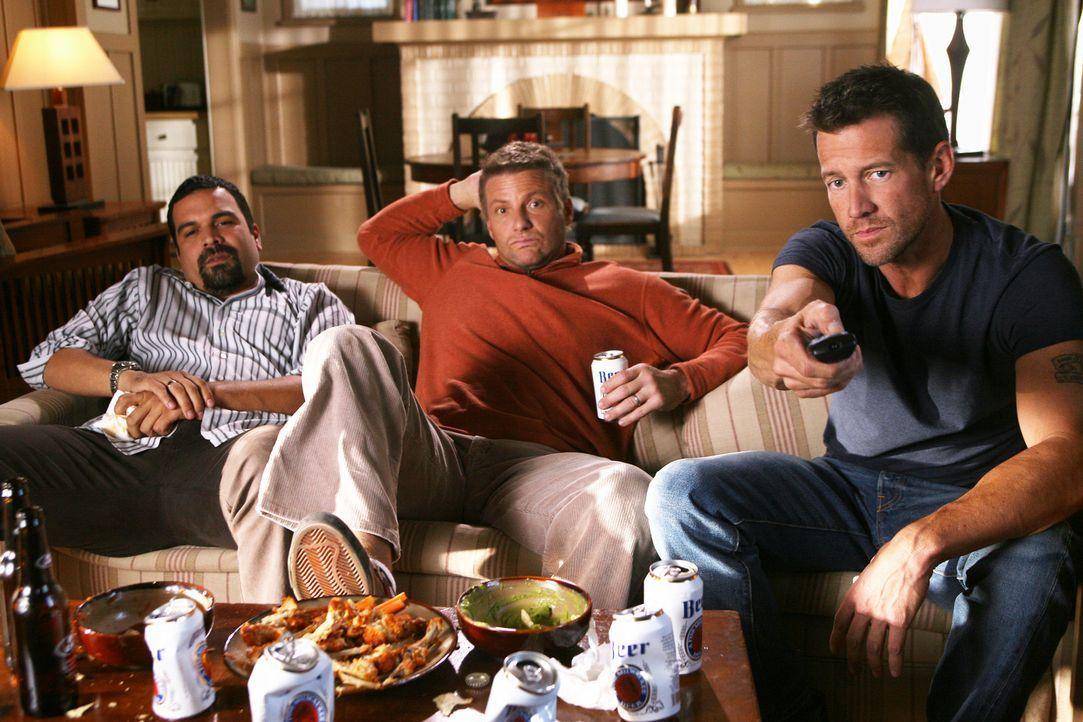 Tom (Doug Savant, M.) wundert sich, warum Carlos (Ricardo Antonia Chavira, l.) sich als bester Freund von Mike (James Denton, r.) ausgibt ... - Bildquelle: 2005 Touchstone Television  All Rights Reserved