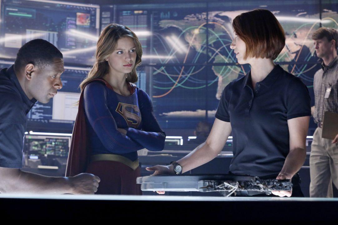 DEO-Agenten Hank Henshaw (David Harewood, l.) und Alex (Chyler Leigh, r.) versuchen, Kara (Melissa Benoist, M.) bei der Aufklärung ihres neuesten Fa... - Bildquelle: 2015 Warner Bros. Entertainment, Inc.