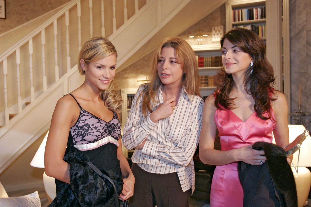 Laura (Olivia Pascal, M.) berichtet Mariella (Bianca Hein, r.) und Sabrina (Nina-Friederike Gnädig, l.) genervt, dass ihr Mann sich immer noch in d... - Bildquelle: Sat.1