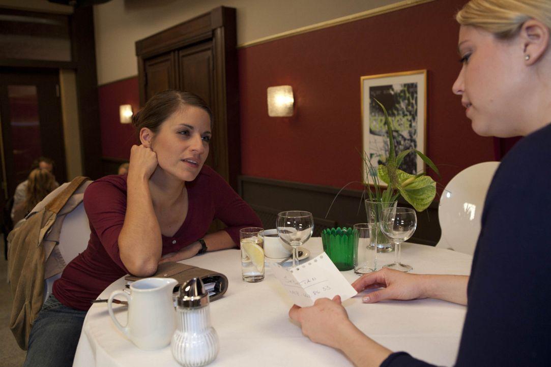 Miriam (Caroline Maria Frier, r.) gesteht Bea (Vanessa Jung, l.), dass sie Interesse an Sebastian hat ... - Bildquelle: David Saretzki SAT.1