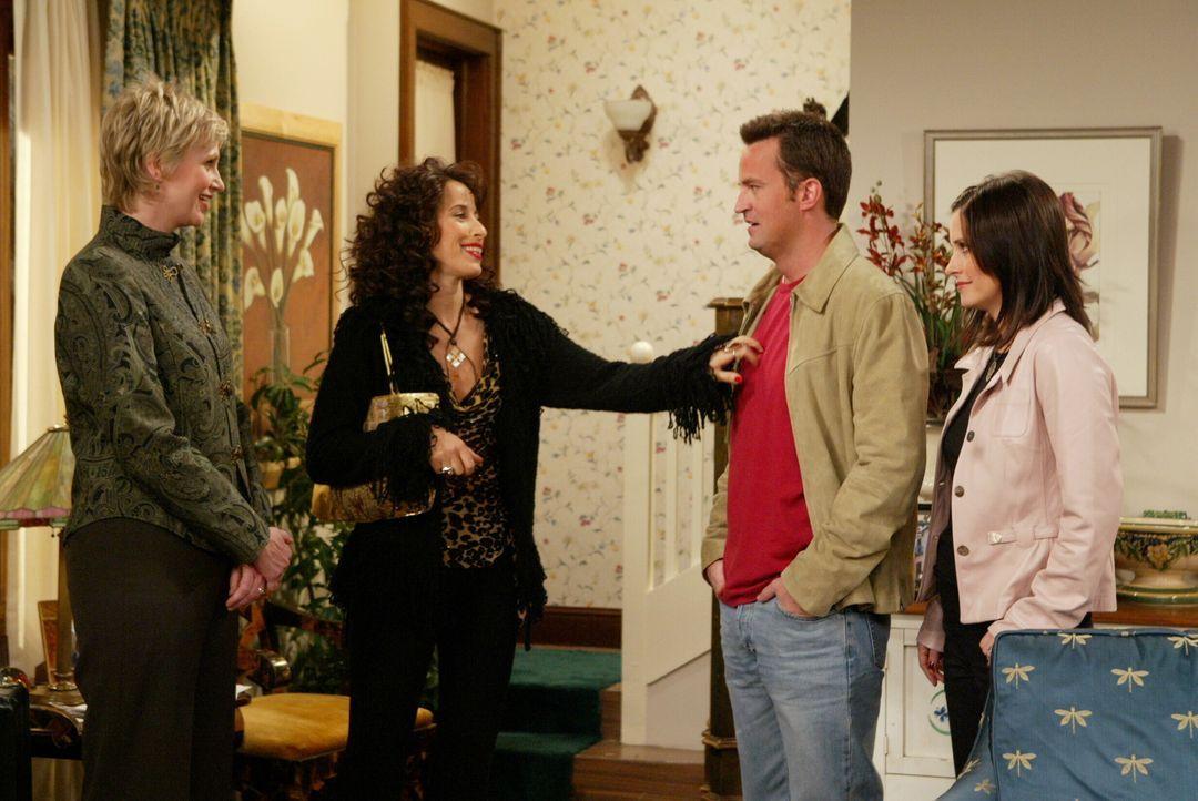 Mit Ellen (Jane Lynch, l.) besichtigen Monica (Courteney Cox, r.) und Chandler (Matthew Perry, 2.v.r.) das Haus, in das sie gerne einziehen wollen.... - Bildquelle: 2003 Warner Brothers International Television