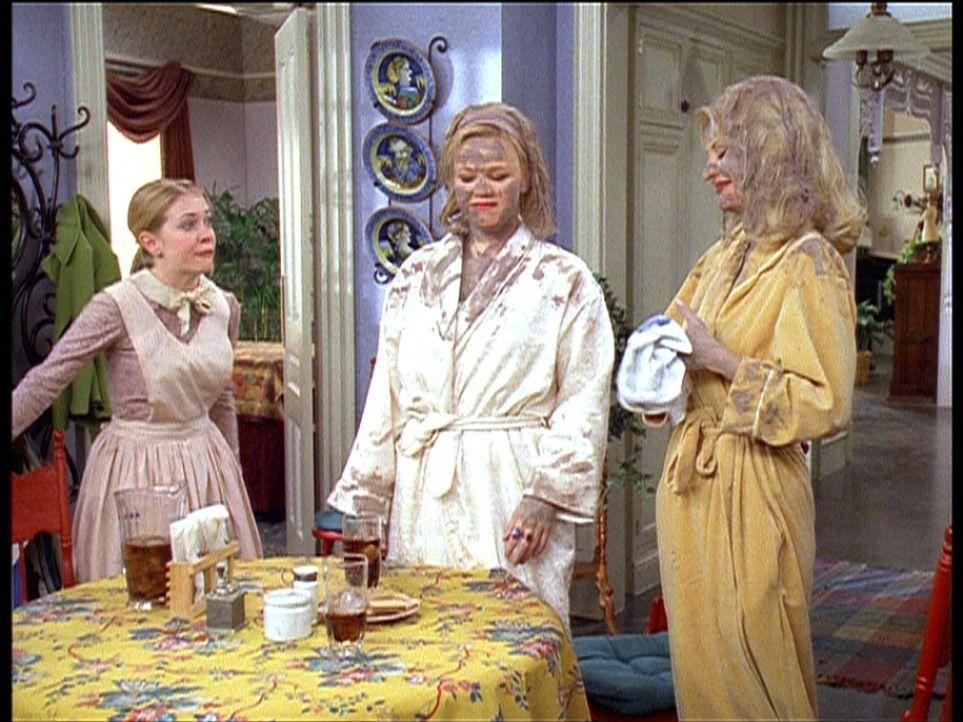 Zelda (Beth Broderick, M.) und Hilda (Caroline Rhea, r.) sind politisch aktiv geworden und haben sich wortwörtlich eine Schlammschlacht geliefert.... - Bildquelle: Paramount Pictures