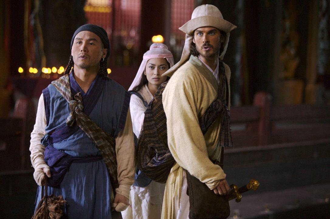Können die Freunde Marco Polo (Ian Somerhalder, r.) und Pedro (B.D. Wong, l.) Kensai (Desiree Ann Siahaan, hinten M.) vor den Übergriffen der Frem... - Bildquelle: 2006 RHI Entertainment Distribution, LLC