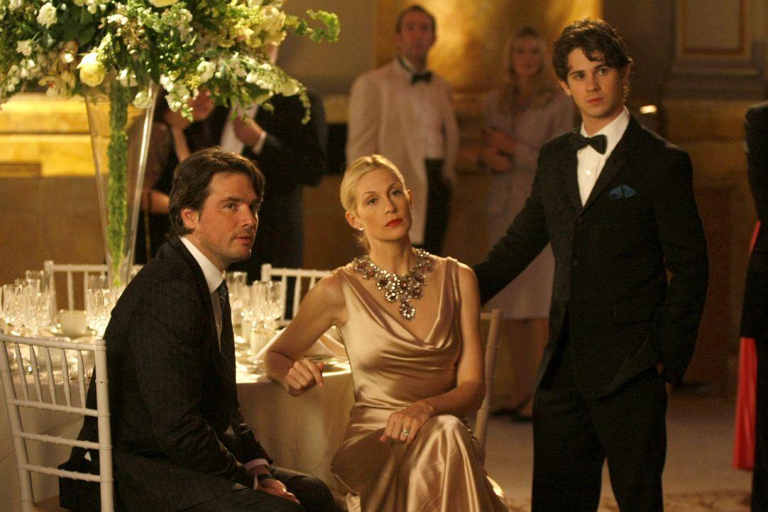 Da wundert sich Jennys Familie (v.l.: Matthew Settle, Kelly Rutherford, Connor Paolo) doch auch sehr, als sie mit Nate die Bühne betritt. - Bildquelle: Warner Brothers