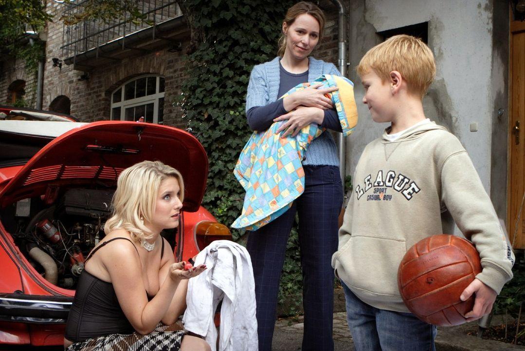 Franziska (Jeanette Biedermann, l.), die gerade ihr Auto repariert, macht Bekanntschaft mit Nachbarin Birgit Kowalski (Julia Beerhold, M.) und deren... - Bildquelle: Sat.1