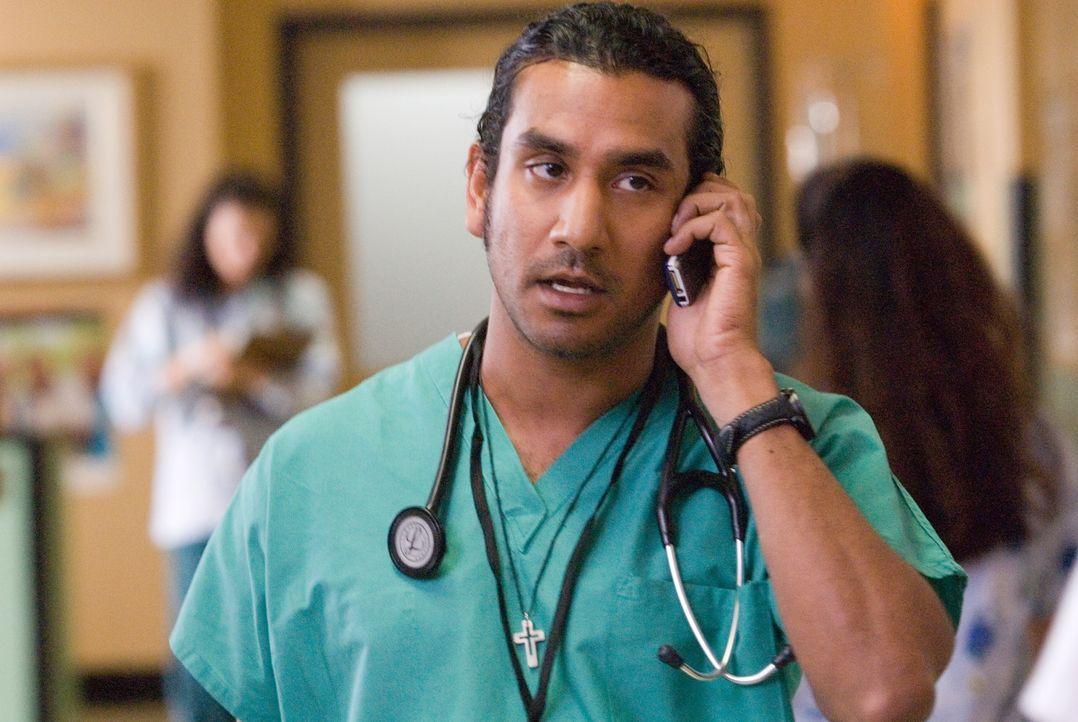 Wird das Opfer eines brutalen Überfalls: David (Naveen Andrews) ... - Bildquelle: Warner Bros.