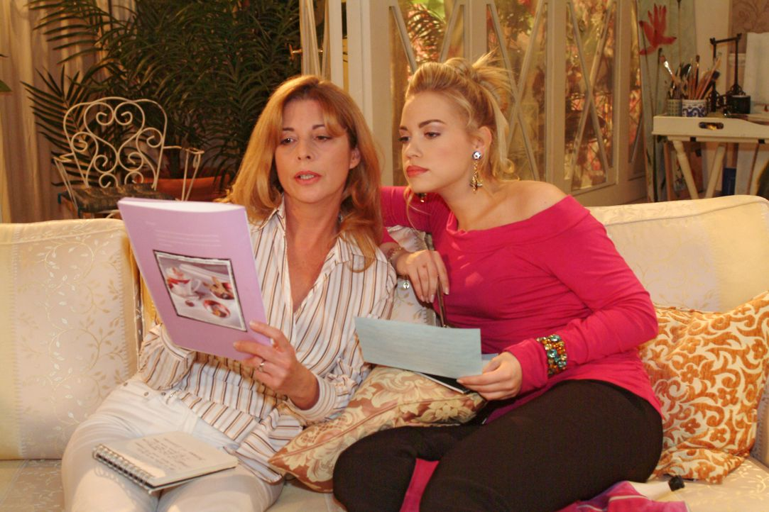 Laura (Olivia Pascal, l.) ahnt nicht, dass Kim (Lara-Isabelle Rentinck, r.) im Hintergrund ausgerechnet mit Sophie an der Organisation des Maskenbal... - Bildquelle: Monika Schürle SAT.1 / Monika Schürle