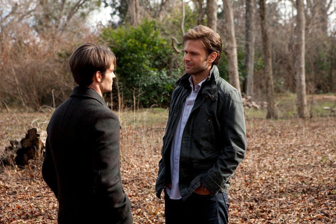 Elijah (Daniel Gillies, l.) setzt seinen Widersacher Alaric (Matthew Davis, r.) davon in Kenntnis, dass dieser auf Elenas Liste, der zu schützenden... - Bildquelle: Warner Brothers