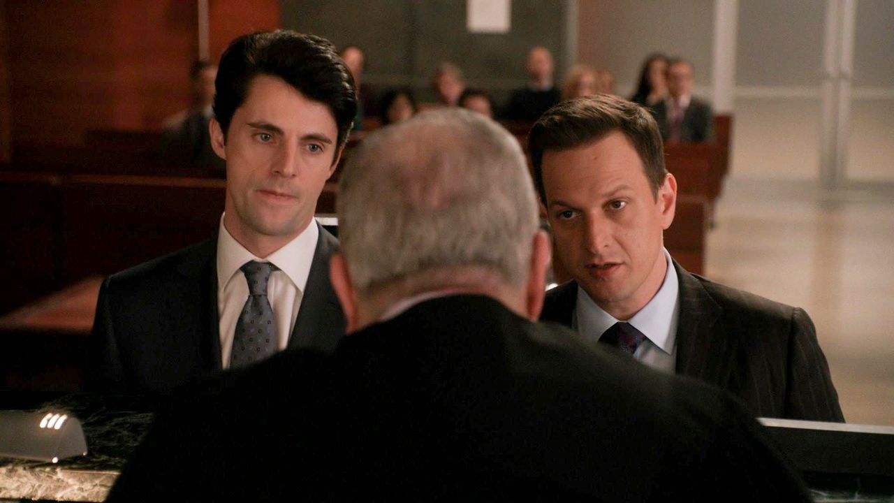 Will (Josh Charles, r.) muss sich eingestehen, dass sein neuer Gegner im Gericht, Finn Polmar (Matthew Goode, l.), einiges zu bieten hat ... - Bildquelle: 2014 CBS Broadcasting, Inc. All Rights Reserved