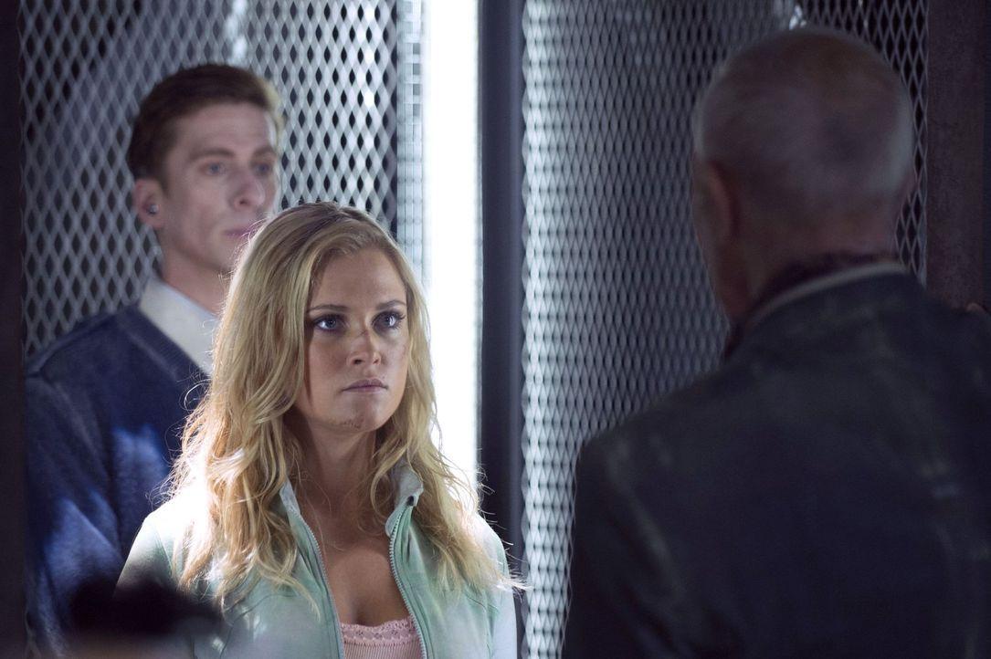 Bei ihrem Versuch Antworten zu finden, stößt Clarke (Eliza Taylor) nur auf weitere Fragen ... - Bildquelle: 2014 Warner Brothers