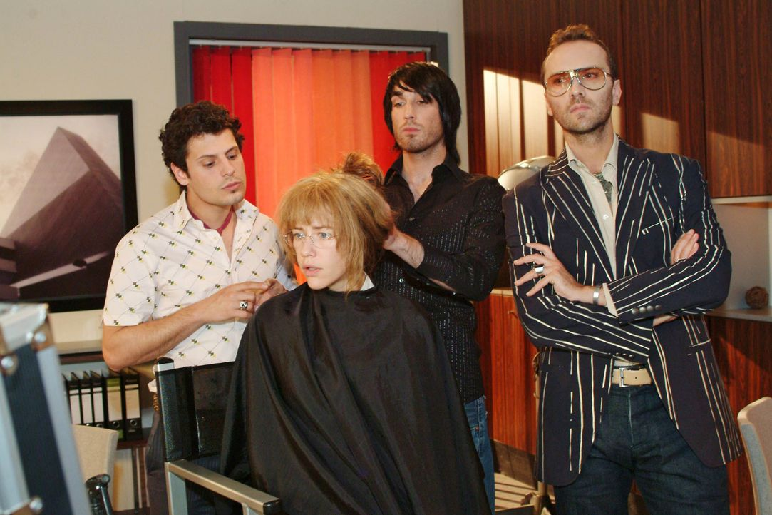 Während sich der Haarstylist (Raphael Koeb, 2.v.r.) an ihre Frisur macht, ist Lisa (Alexandra Neldel, 2.v.l.) entschlossen, sich gegenüber Rokko (Ma... - Bildquelle: Monika Schürle SAT.1 / Monika Schürle