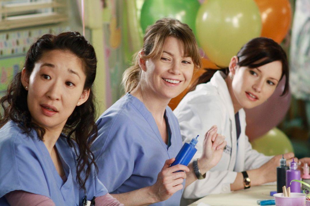 Die Baby-Party für Callie ist im vollen Gange: Cristina (Sandra Oh, l.), Meredith (Ellen Pompeo, M.) und Lexie (Chyler Leigh, r.) ... - Bildquelle: ABC Studios