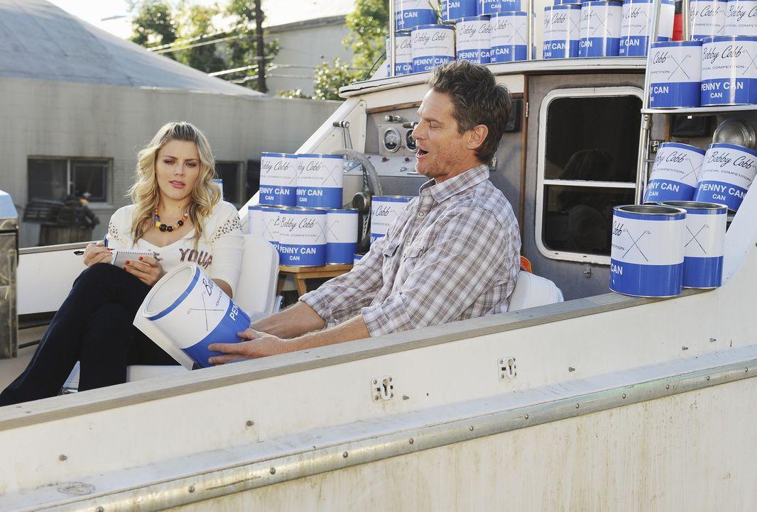 """Zusammen mit Laurie (Busy Philipps, l.) will Bobby (Brian Van Holt, r.) das """"Münzen versenken""""-Spiel groß rausbringen ... - Bildquelle: 2010 ABC INC."""