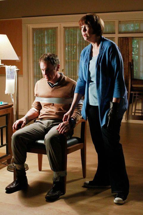 Susan, die aufgrund des Verdachts Paul (Mark Moses, l.) vergiftet zu haben, verhaftet wurde, muss die Polizei davon überzeugen, dass Felicia (Harrie... - Bildquelle: ABC Studios