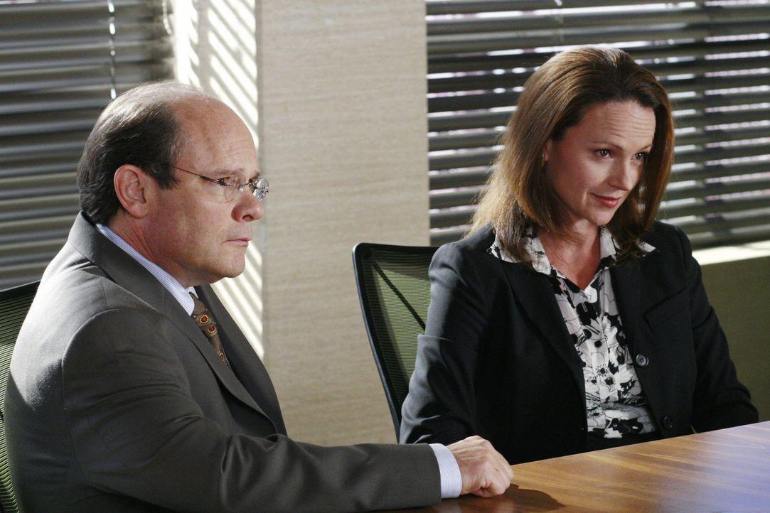 Schuldirektor Ackerman (Ethan Phillips, l.) und Sadie Abrams (Clare Carey, r.) wollen den Vorwurf nicht so einfach auf sich sitzen lassen ... - Bildquelle: Disney - ABC International Television