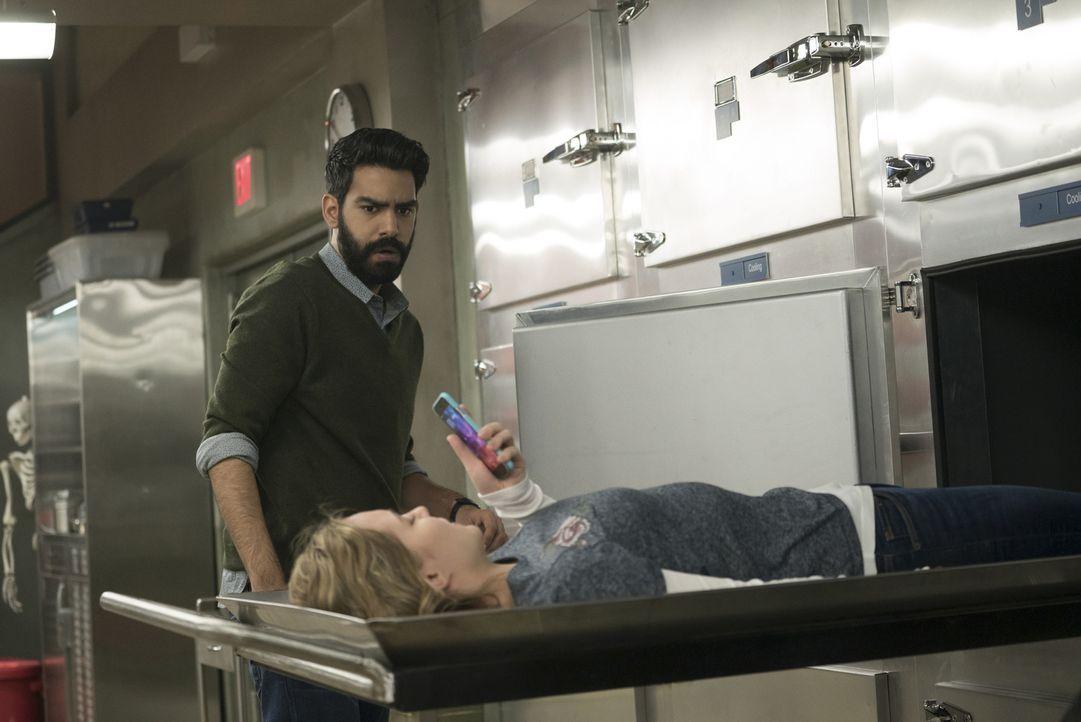 Ravi (Rahul Kohli, hinten); Isobel (Izabela Vidovic, vorne) - Bildquelle: Warner Bros.