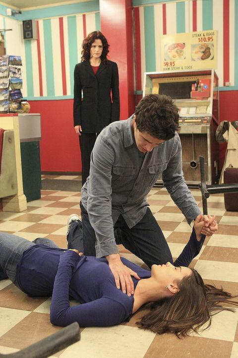 Um Jessi (Jaimie Alexander, vorne) zu retten, geht Kyle (Matt Dallas, M.) ein großes Risiko ein. Sarah (Ally Sheedy, hinten) ringt noch um Fassung... - Bildquelle: TOUCHSTONE TELEVISION