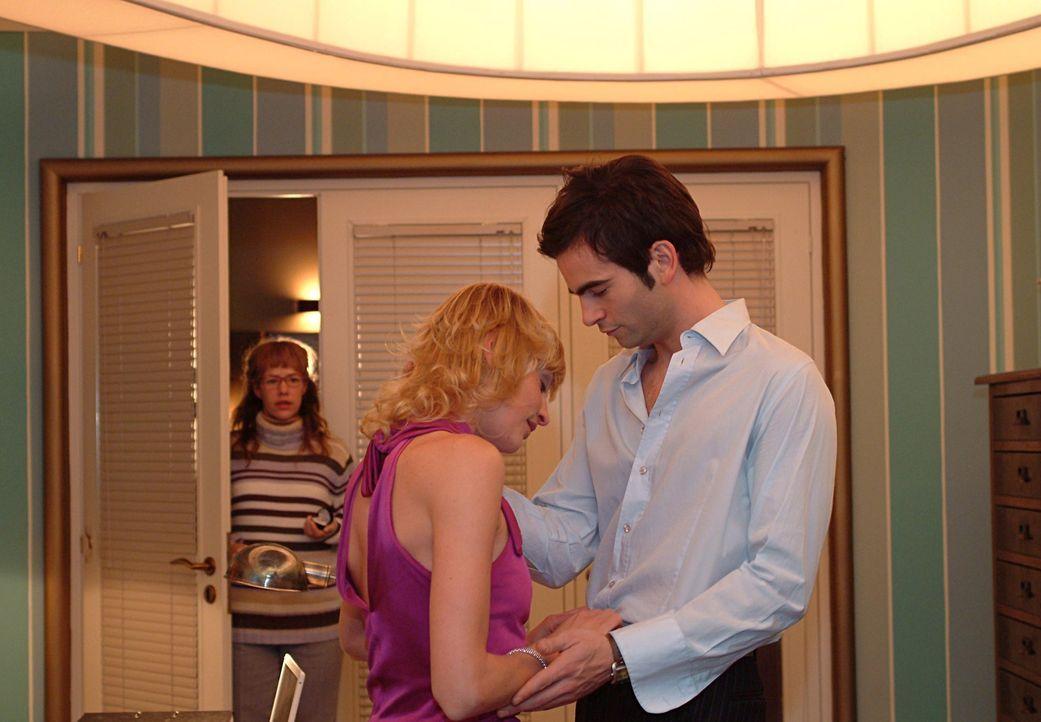 Froh darüber, den Ring endlich vom Finger bekommen zu haben, platzt Lisa (Alexandra Neldel, hinten) in Davids (Mathis Künzler, r.) Büro - und in... - Bildquelle: Sat.1