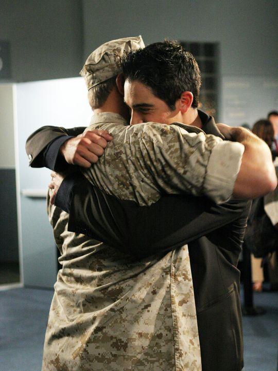Unerwartet kehrt Martins (Tyler Hoechlin, r.) Vater Beau (Costas Mandylor, l.) aus dem Irak zurück ... - Bildquelle: The WB Television Network