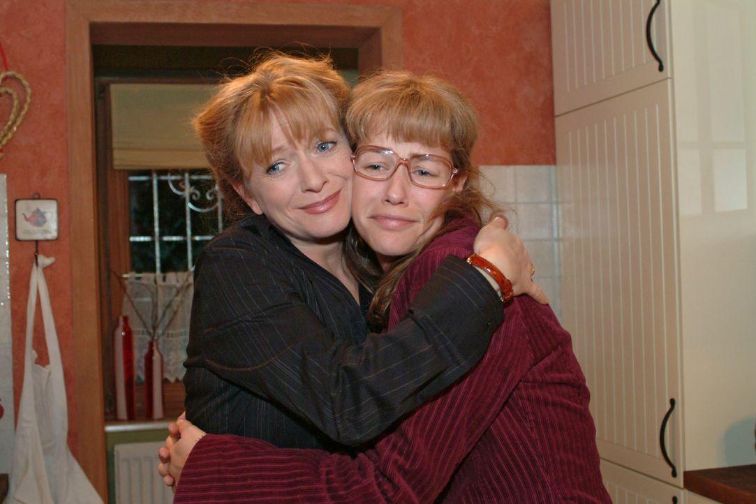 Helga (Ulrike Mai, l.) kann sich zwischenzeitlich über Lisas (Alexandra Neldel, r.) überraschende Verlobung mit Jürgen freuen. (Dieses Foto von Alex... - Bildquelle: Monika Schürle SAT.1 / Monika Schürle