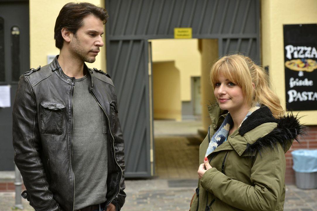 Nick (Florian Odendahl, l.) gehen Ingrids Worte nicht aus dem Kopf. Hat sie vielleicht doch Recht und er und Mila (Susan Sideropoulos, r.) sind füre... - Bildquelle: Oliver Ziebe sixx