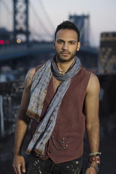 """(1. Staffel) - Schon seit seiner Kindheit leitet ihn eine Stimme in seinem Kopf, lässt sich William """"Penny"""" Adiyodi (Arjun Gupta) von dieser Stimme... - Bildquelle: 2015 Syfy Media Productions LLC. ALL RIGHTS RESERVED."""