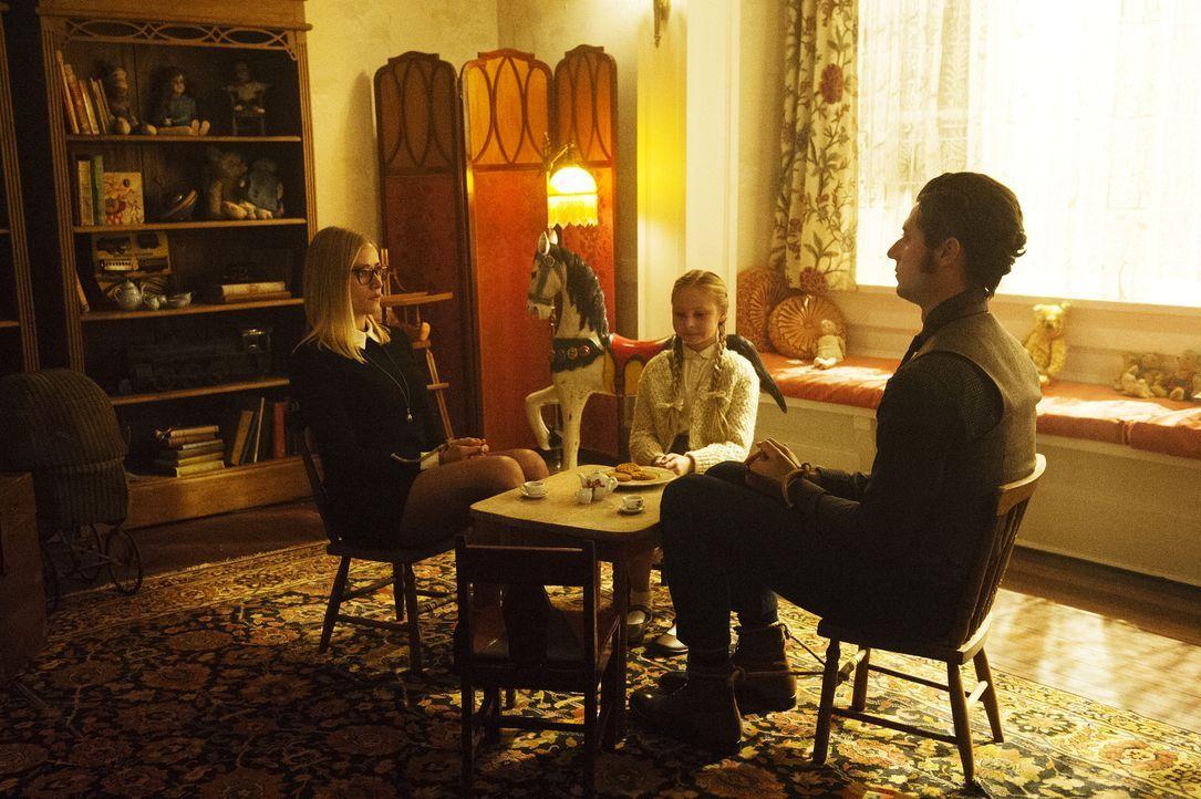 Eigentlich wollten Alice (Olivia Taylor Dudley, l.) und Eliot (Hale Appleman, r.) Quentin lediglich bei der Such nach einem magischen Knopf helfen,... - Bildquelle: 2015 Syfy Media Productions LLC. ALL RIGHTS RESERVED.