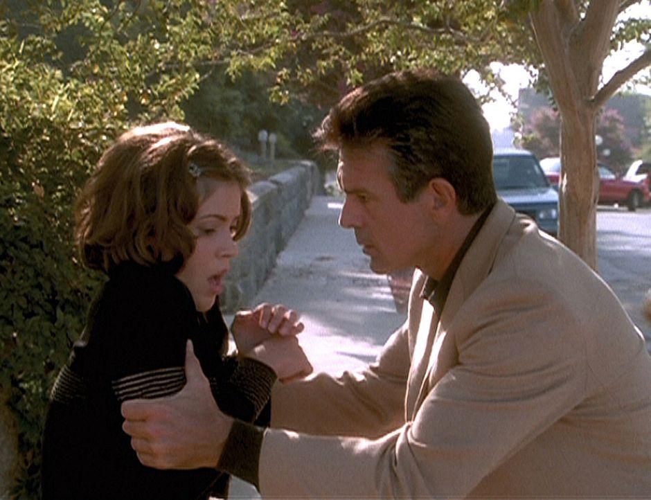 Victor Halliwell versucht noch einmal, seiner Tochter Phoebe (Alyssa Milano) den Ernst der Lage klarzumachen. Wenn sie ihm nicht das Buch der Schatt... - Bildquelle: Paramount Pictures