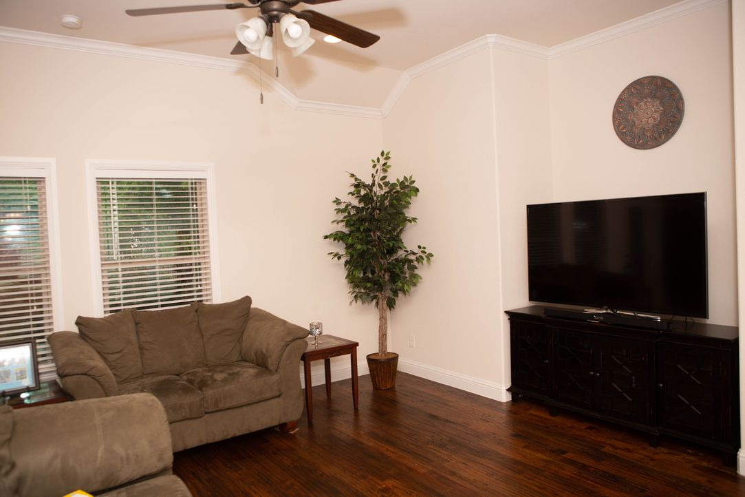 Für das Wohnzimmer von Denise und ihrer Tochter Reagan arbeitet Nikki zwei K... - Bildquelle: Unboxed CND (OHM) Productions Inc. MMXVII