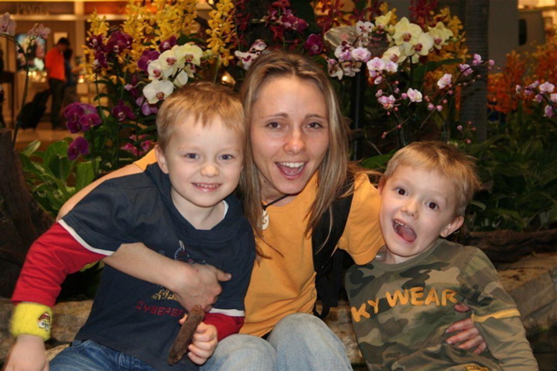 Für Annett Hauck (M.) steht schon lange fest, dass sie auswandern wird - sie möchte ihren Kindern eine bessere Zukunft bieten ... - Bildquelle: kabel eins