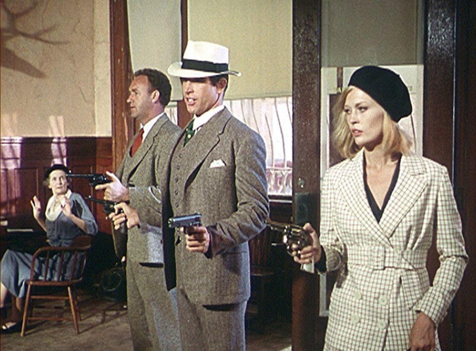 Kaltblütig und routiniert überfallen Buck (Gene Hackman, l.), Clyde (Warren Beatty, M.) und Bonnie (Faye Dunaway, r.) eine weitere Bank ... - Bildquelle: Warner Bros.