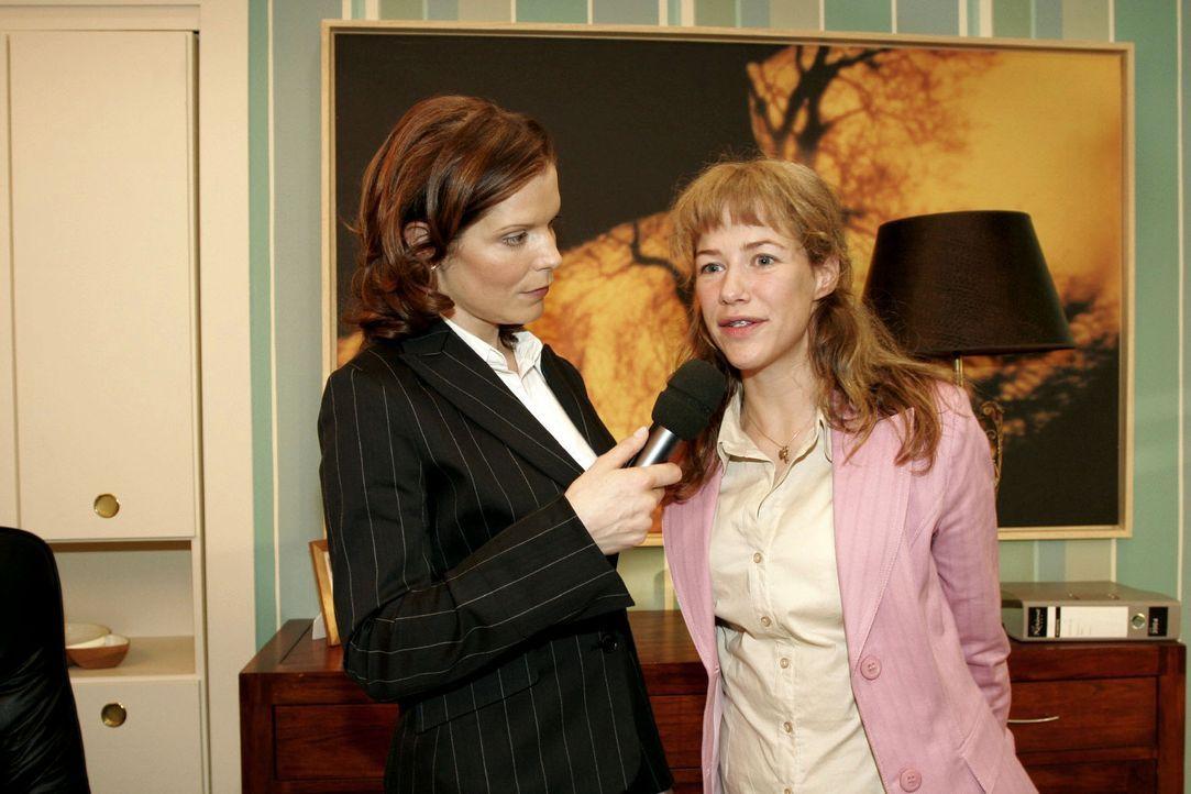 Lisa (Alexandra Neldel, r.) schlägt sich tapfer bei einem Interview mit der Journalistin (Cornelia Schindler, l.) ... Dieses Foto von Alexandra Nel... - Bildquelle: Sat.1