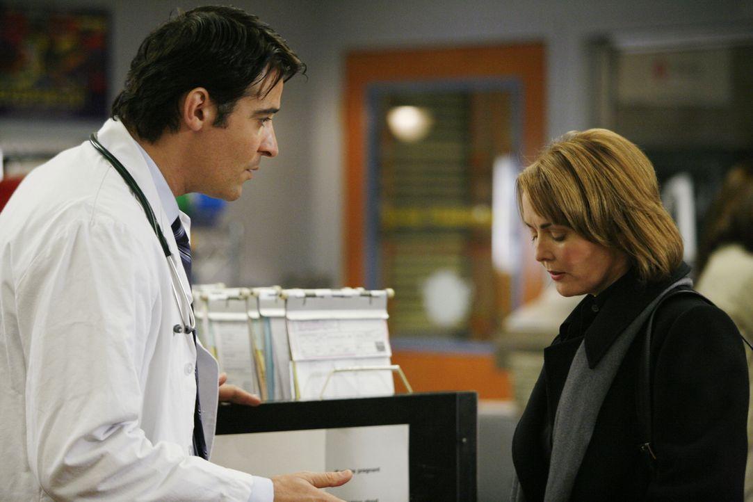 Luka Kovac (Goran Visnjic, l.) hat eine schwere Aufgabe vor sich - er muss Kerry Weaver (Laura Innes, r.) mitteilen, dass er sie wegen Etat-Kürzung... - Bildquelle: Warner Bros. Television