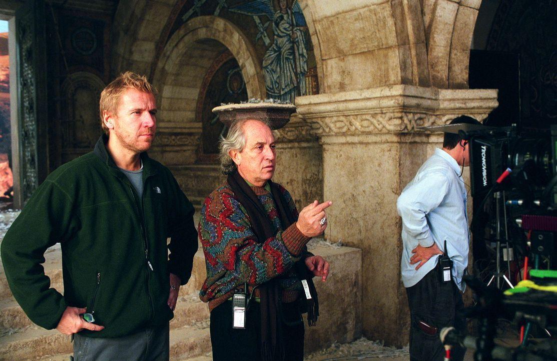Hinter den Kulissen: Regisseur Renny Harlin (links) bespricht sich mit Kameramann Vittorio Storaro (rechts)... - Bildquelle: Warner Brothers