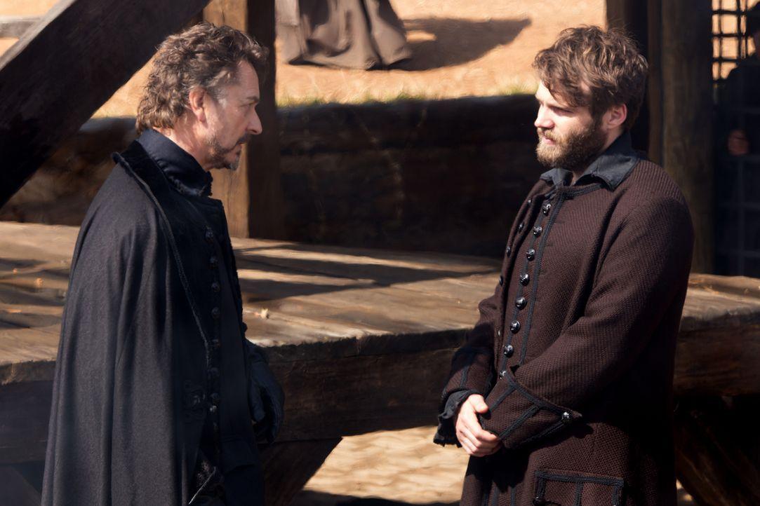 Hathorne (Jeremy Crutchley, l.) ist nicht der einzige, dem Cottons (Seth Gabel, r.) Rückkehr nach Salem nicht gefällt ... - Bildquelle: 2015 Fox and its related entities. All rights reserved.
