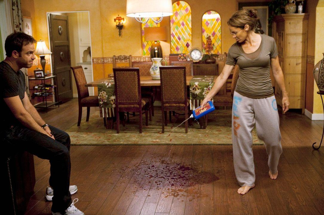 Mit allen Mitteln versucht Violet (Amy Brenneman, r.) die sichtbaren Überreste des Angriffs zu beseitigen. Cooper (Paul Adelstein, l.) sieht ihr zu... - Bildquelle: ABC Studios