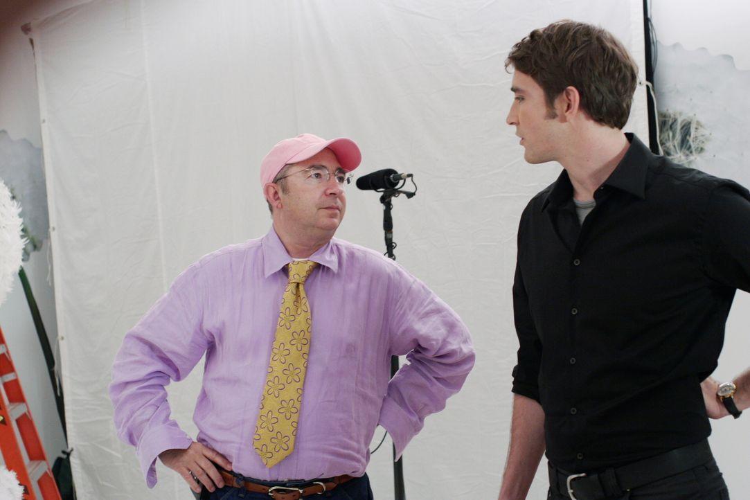 Hinter den Kulissen: Regisseur Barry Sonnenfeld (l.) gibt Lee Pace (r.) alias Ned Anweisungen ... - Bildquelle: Warner Brothers