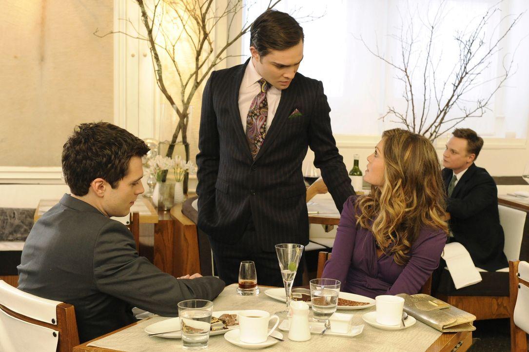 Chuck (Ed Westwick, M.) trifft Elle (Kate French, r.) wieder und will ihr helfen, aus dem Land zu fliehen. Doch dann wird sie von Carter Baizen (Seb... - Bildquelle: Warner Brothers