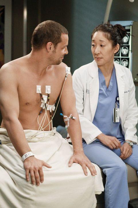 Während Alex (Justin Chambers, l.) erkennt, dass er nun der Außenseiter der Gruppe ist, nachdem er Meredith verraten hat, trifft Cristina (Sandra Oh... - Bildquelle: ABC Studios