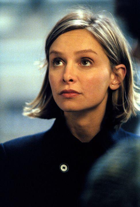 Als Ally (Calista Flockhart) auf dem Friedhof einem trauenden Mann begegnet, beschließt sie, ihm zu helfen ... - Bildquelle: 2001 Twentieth Century Fox Film Corporation. All rights reserved.