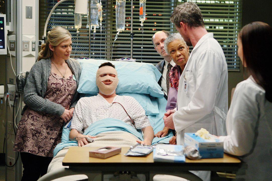 Nach der Gesichtstransplantation sind alle auf das Ergebnis gespannt: Dave (Larry Sullivan, 2.v.l.), Milo (Candace Brown, l.), Dexter (Michael Merto... - Bildquelle: Touchstone Television
