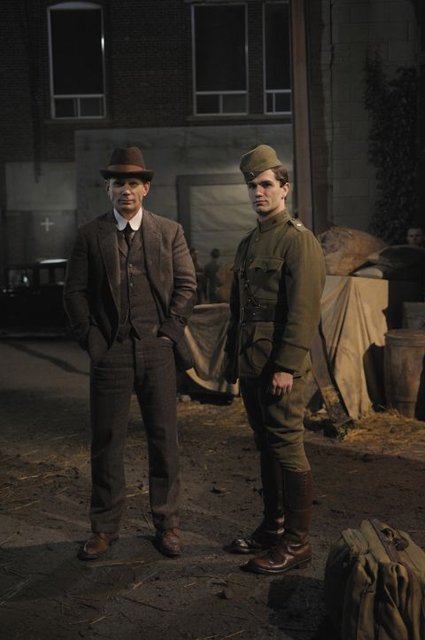 Rückblick ins Jahr 1918: Aidan (Sam Witwer, r.) und Bishop (Mark Pellegrino, l.) ... - Bildquelle: Phillipe Bosse 2012 B.H. 2 Productions (Muse) Inc. ALL RIGHTS RESERVED.
