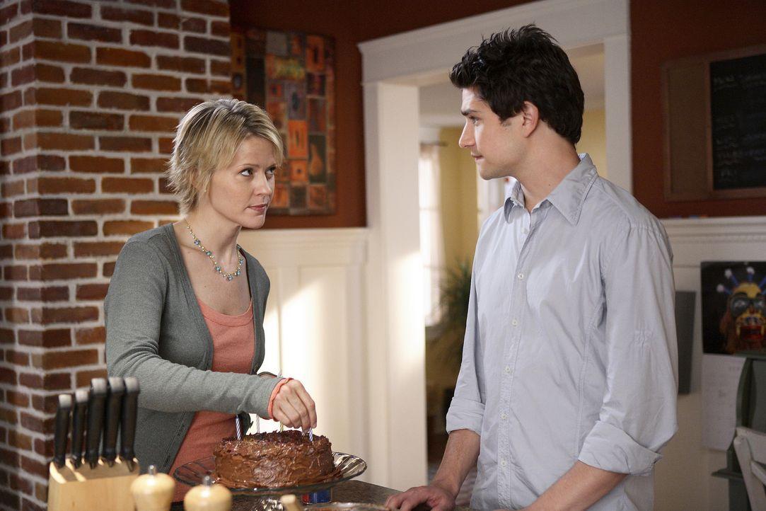 Nicole (Marguerite MacIntyre, l.) kann ihren Pflegesohn Kyle (Matt Dallas, r.) gut verstehen. Er ist traurig darüber, dass er seinen eigenen Geburt... - Bildquelle: TOUCHSTONE TELEVISION